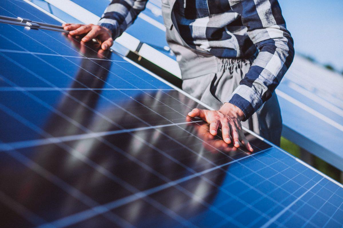 homem arrumando placa solar